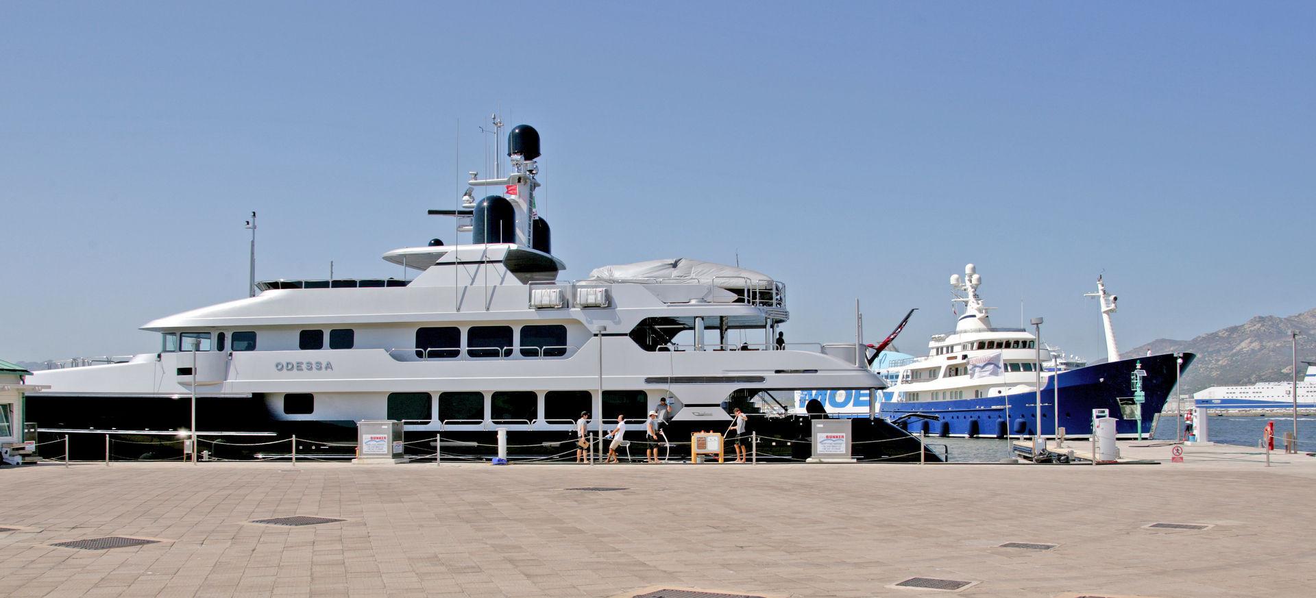 Marina di Olbia - Rifornimento di carburante xz9v1485