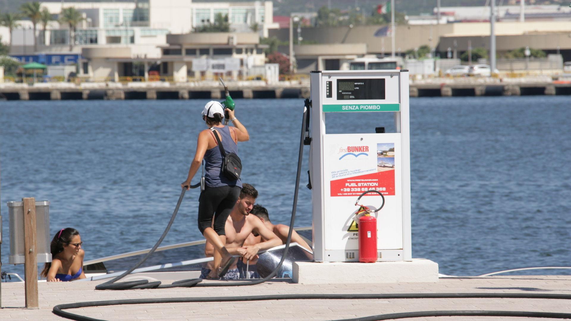 Marina di Olbia - Rifornimento di carburante xz9v8515