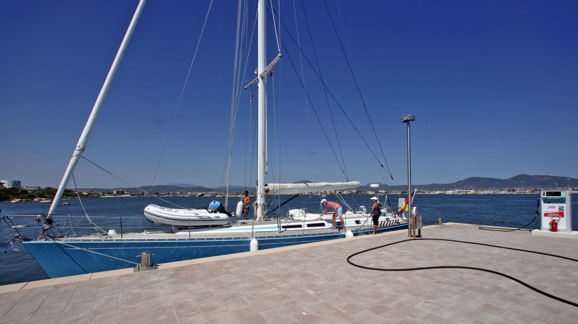 Marina di Olbia - Rifornimento di carburante vl1f8368