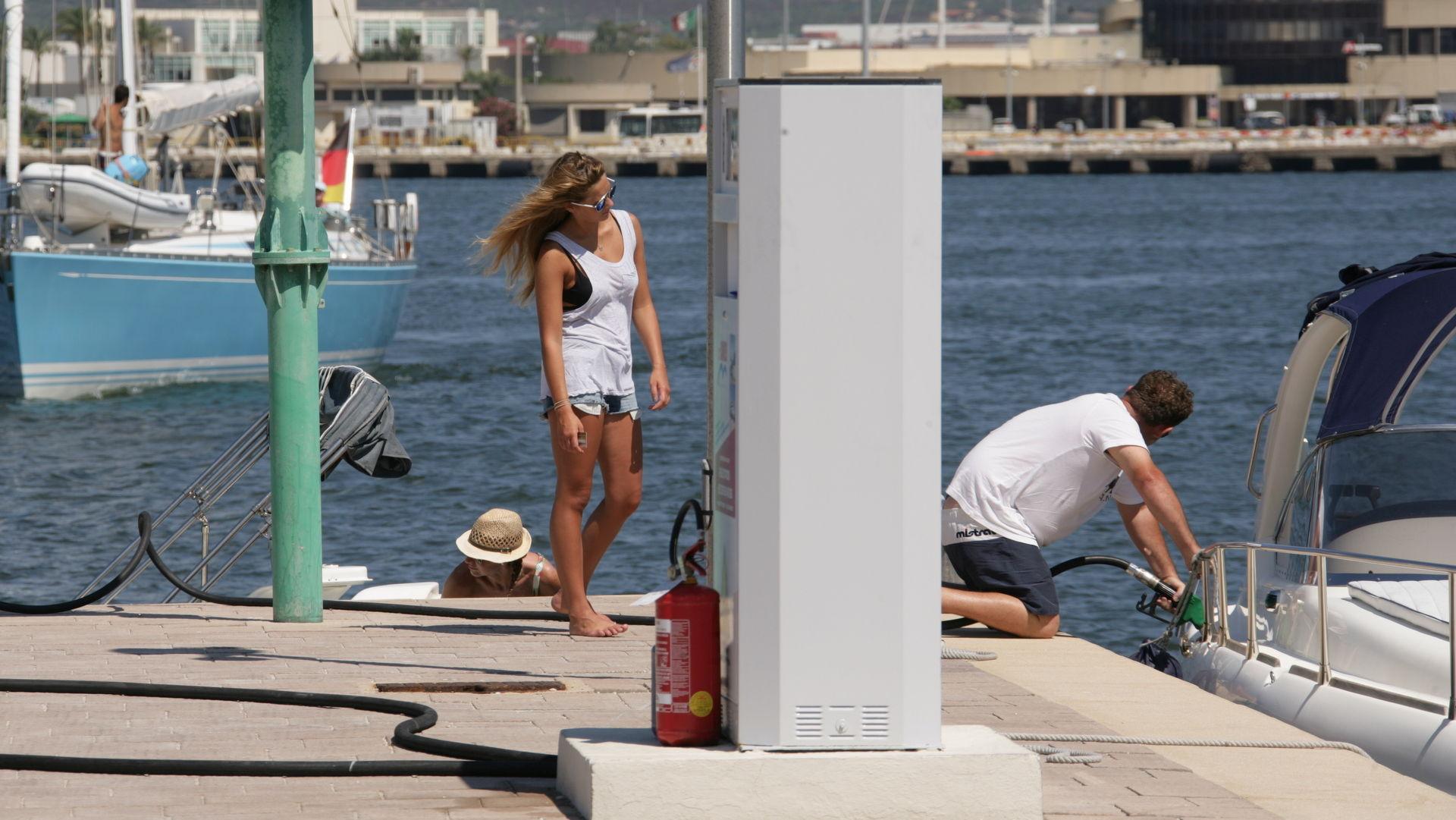 Marina di Olbia - Rifornimento di carburante xz9v8525